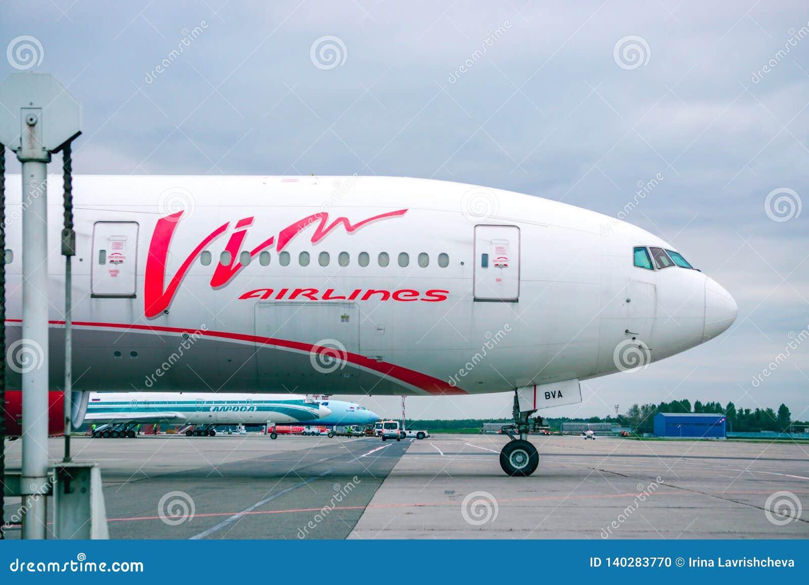 МОСКВА, РОССИЯ, июнь 2017 - международный аэропорт Москвы, самолеты подготавливая для взлета