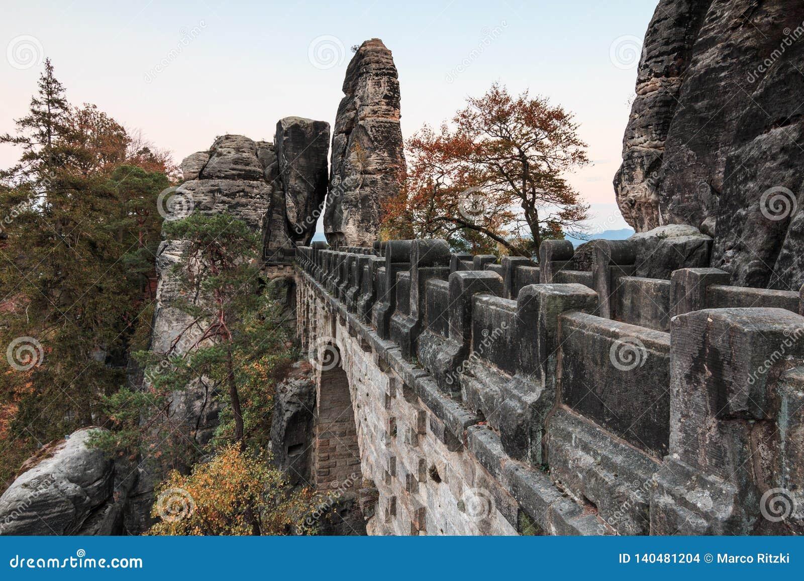 Мост бастиона взгляда со стороны обозревая ворота утеса и деревья и горную породу