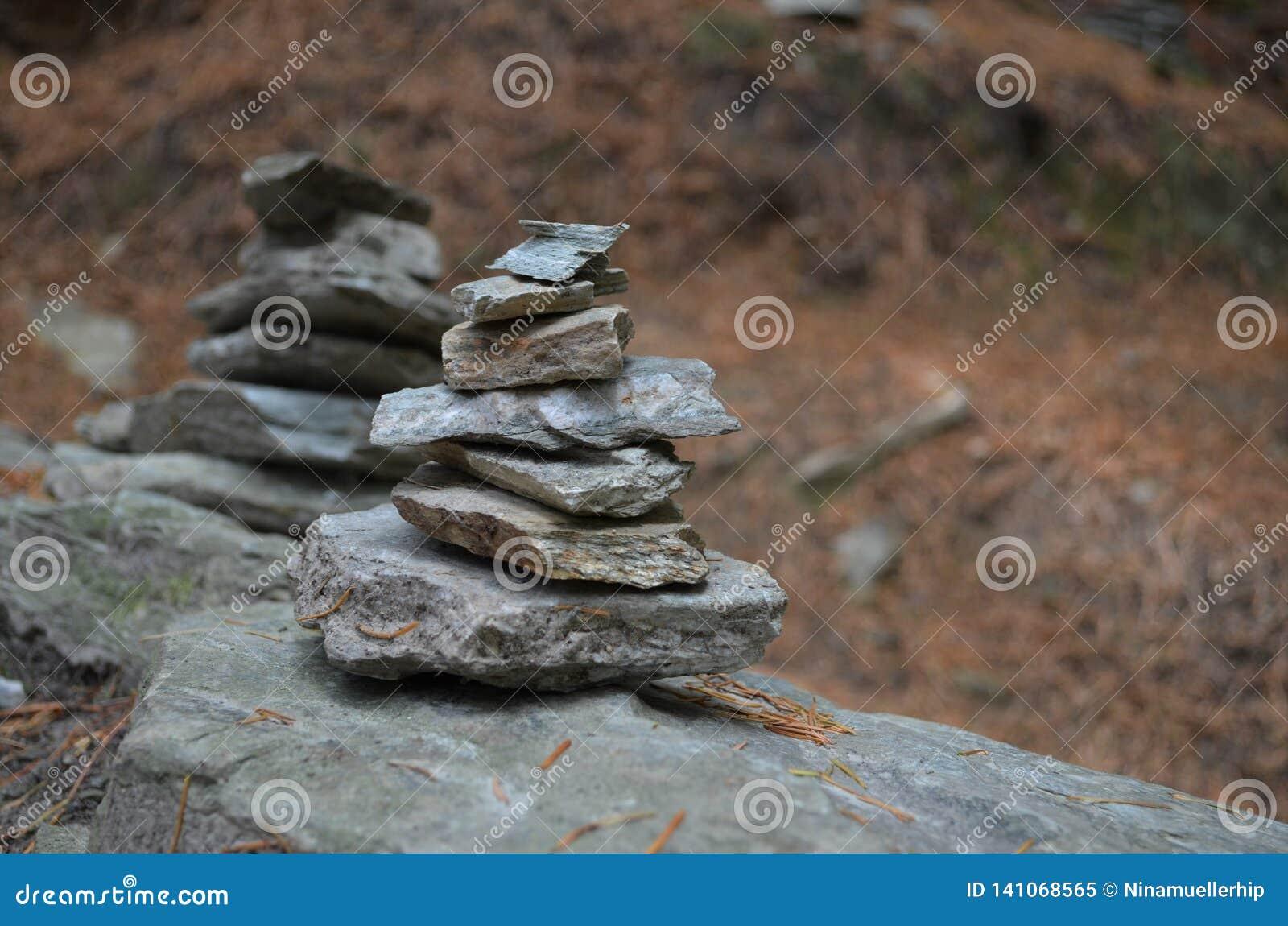 Небольшие каменные башенки в лесе, каменные скульптуры