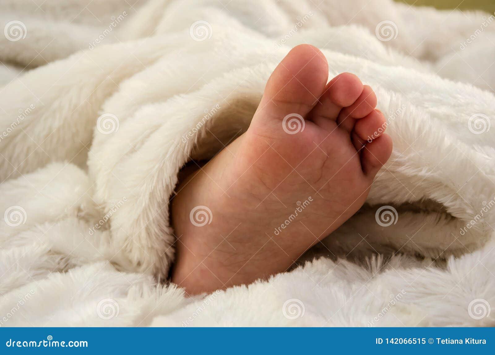 Небольшой, нога детей в белом одеяле