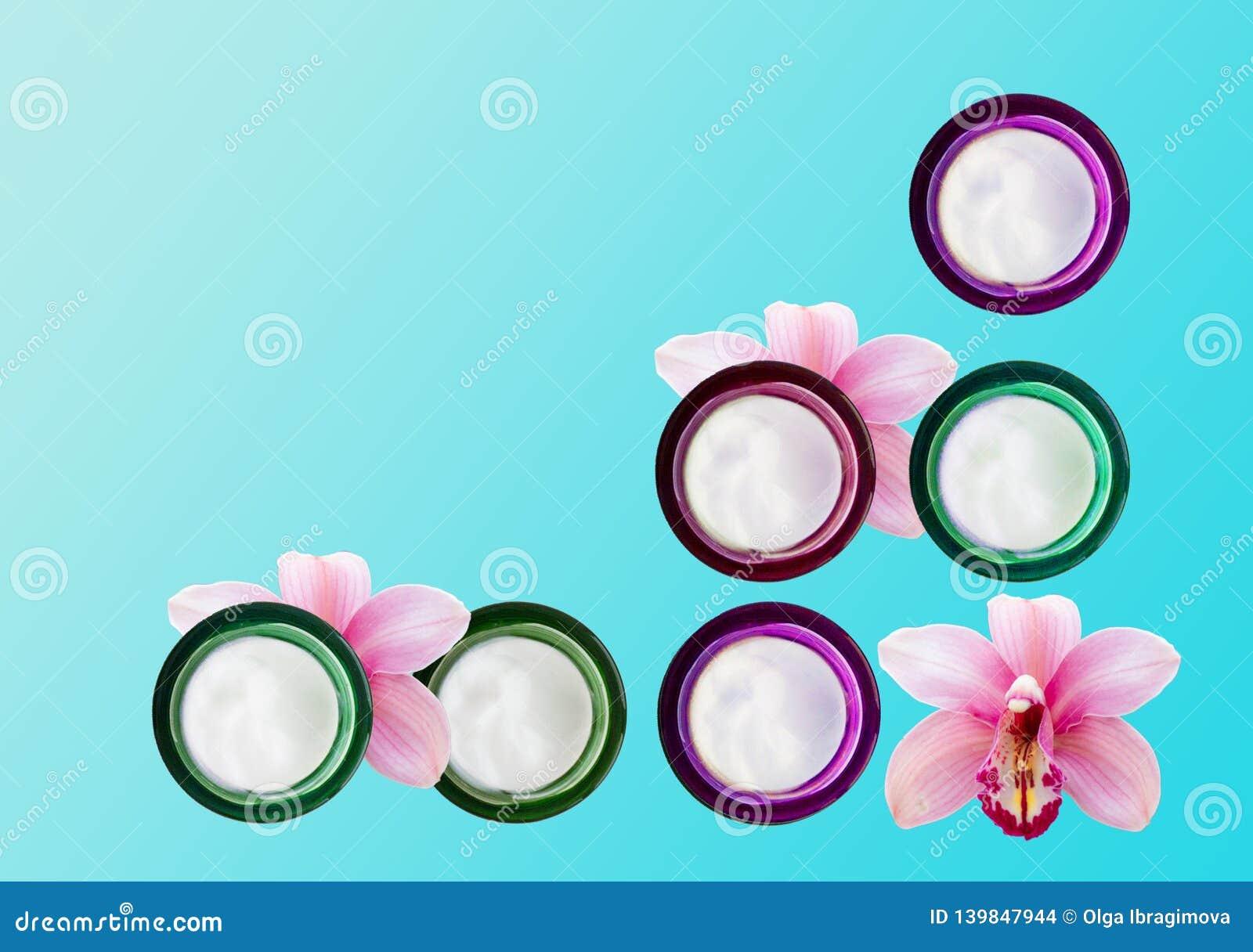 Несколько опарников сливк и орхидей стороны