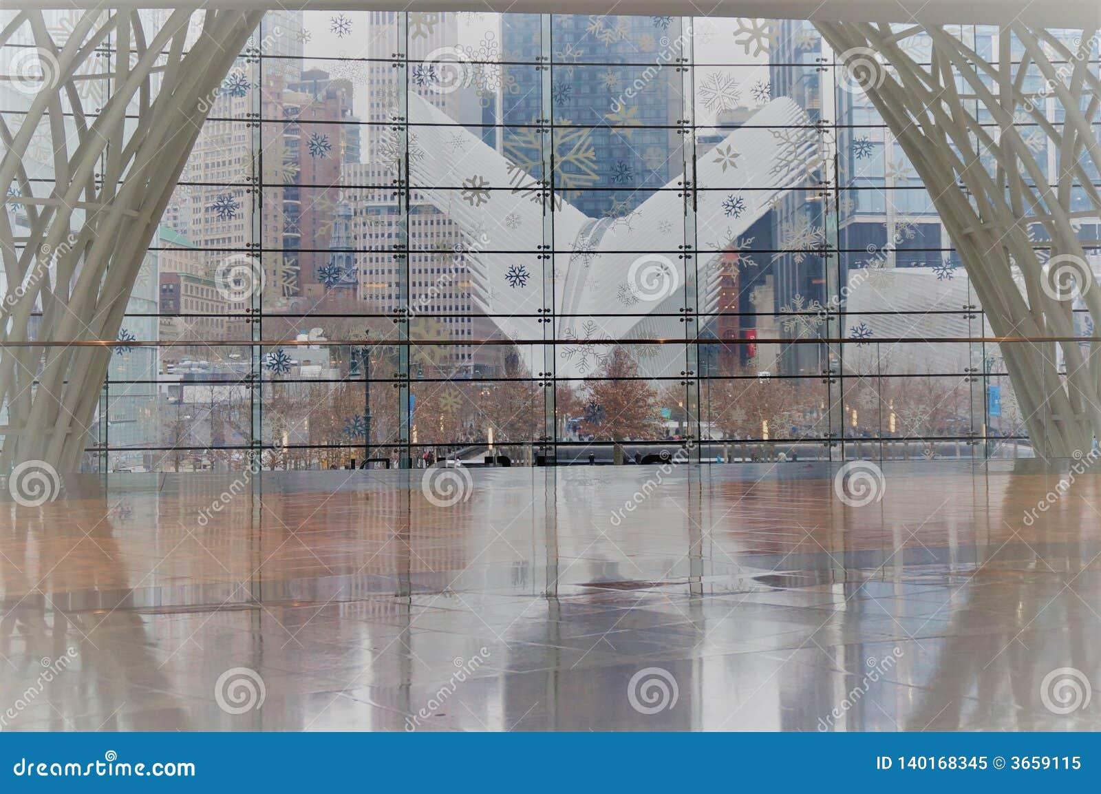 Нью-Йорк, Нью-Йорк/США - 02 19 2018: Экстерьер эпицентра деятельности транспорта станции WTC всемирного торгового центра