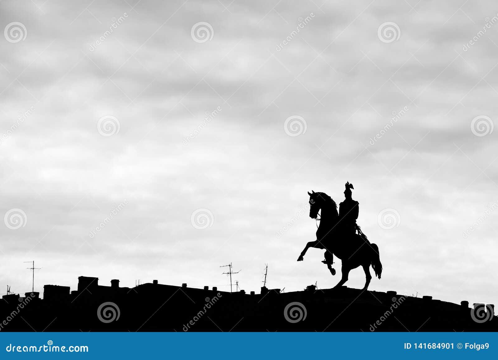 Памятник царю Николас i в Санкт-Петербурге на квадрате St Исаак Черно-белый силуэт