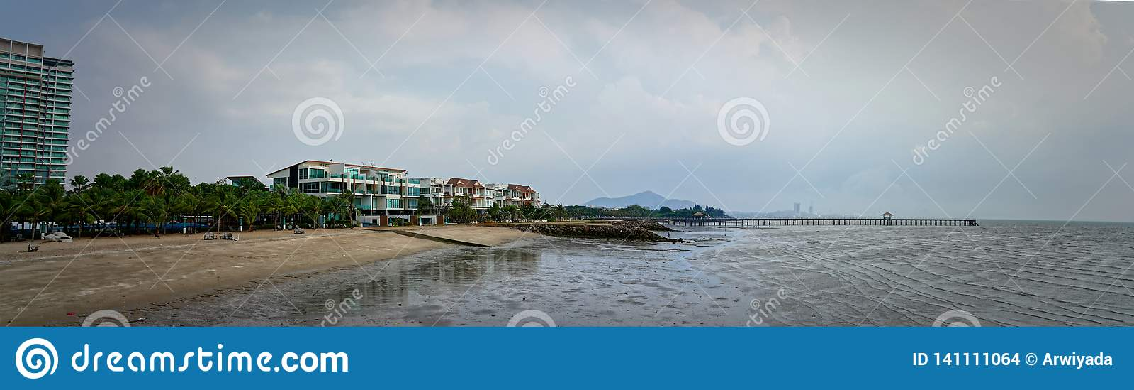 Панорамный взгляд птицы курорта, берега моря и пляжа с мостом o