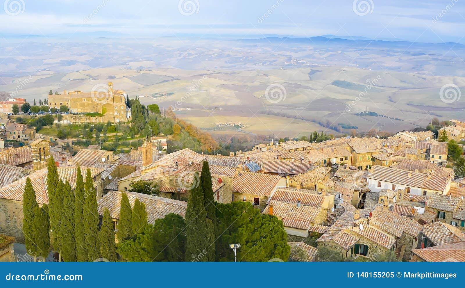 Панорамный вид Montepulciano и холмы от крыш