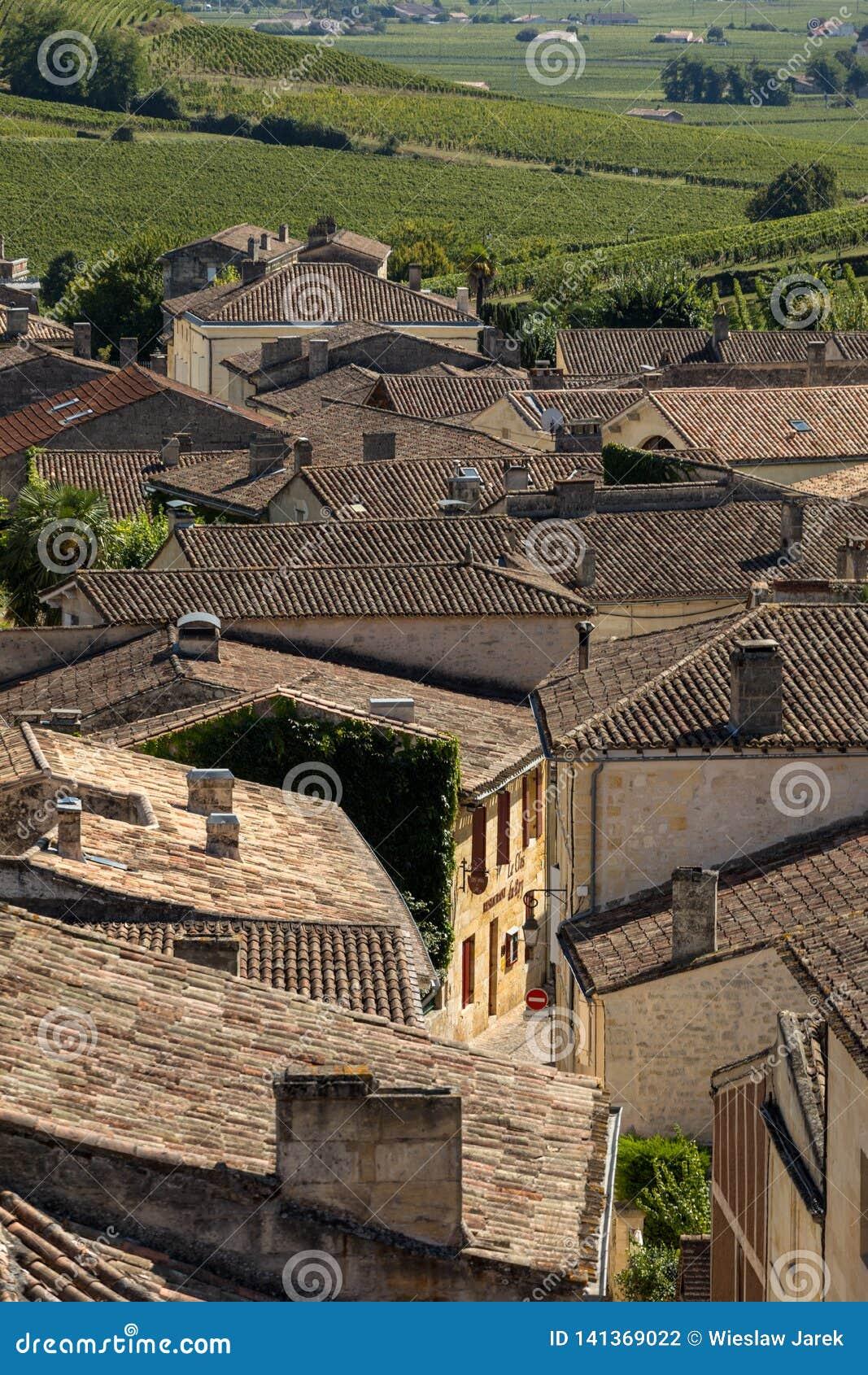 Панорамный вид St Emilion, Франции St Emilion одна из основных зон красного вина Бордо и очень популярного туристского desti