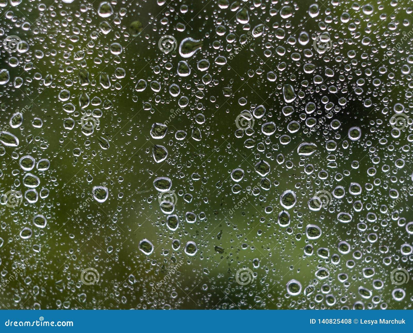 Падения дождевой воды на стекле окна