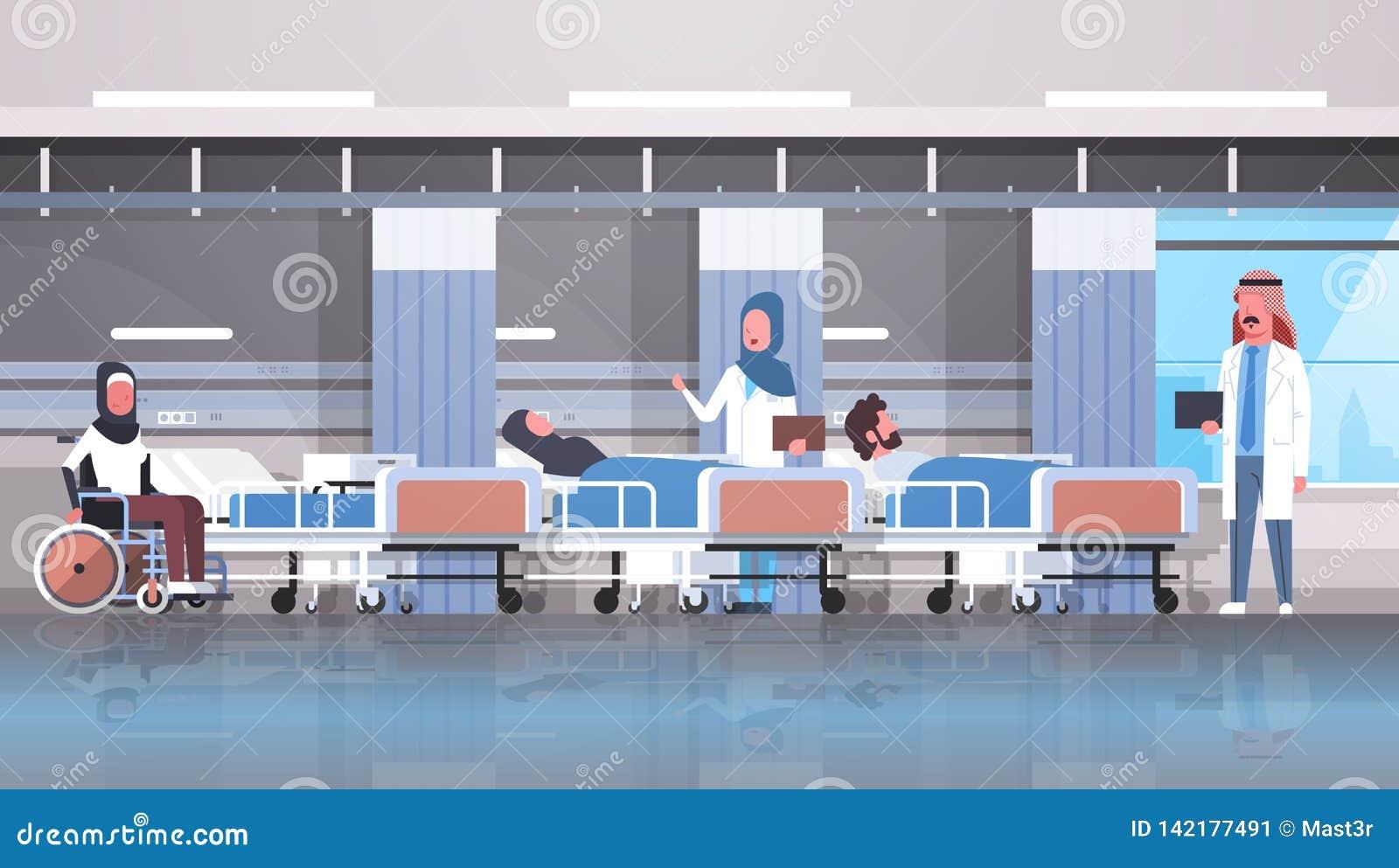 Пациенты арабской команды докторов посещая неработающие арабские сидя здравоохранение палаты терапией кровати кресло-коляскы лежа