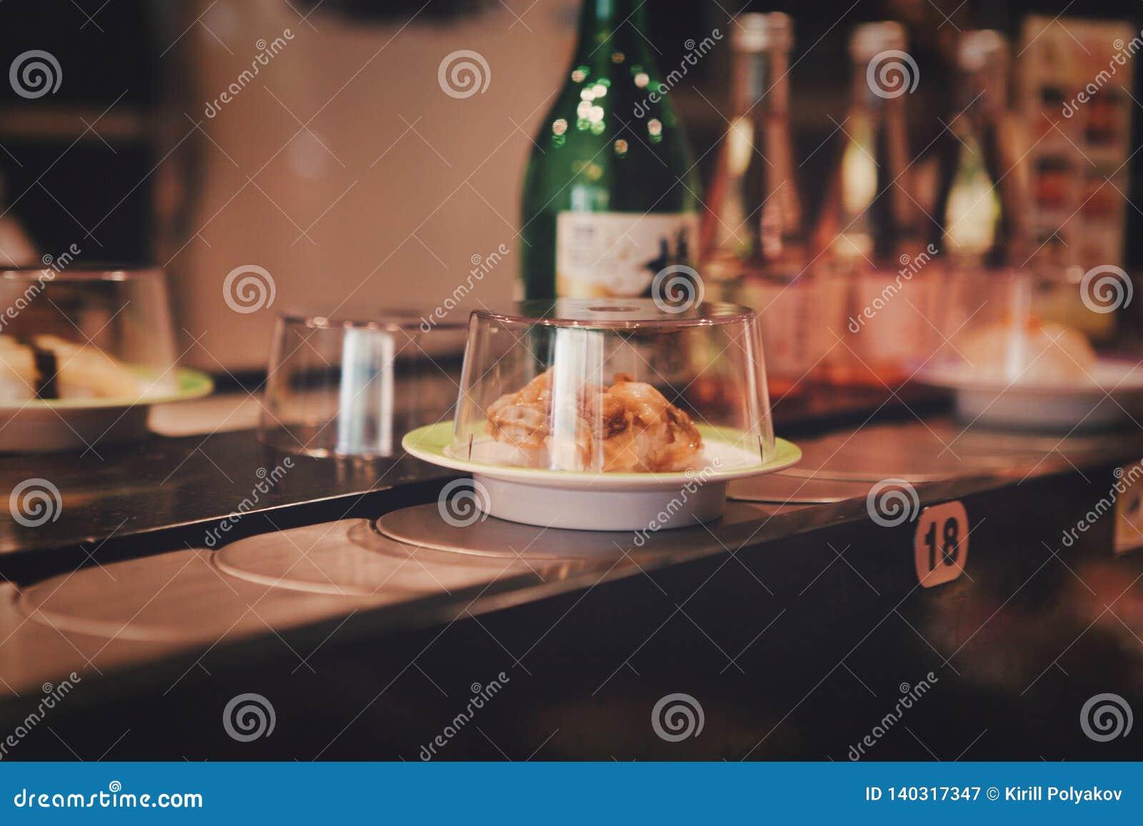 Пекин, Китай - 9-ое июня 2018: Счетчик в сушах японского ресторана с готовыми едами