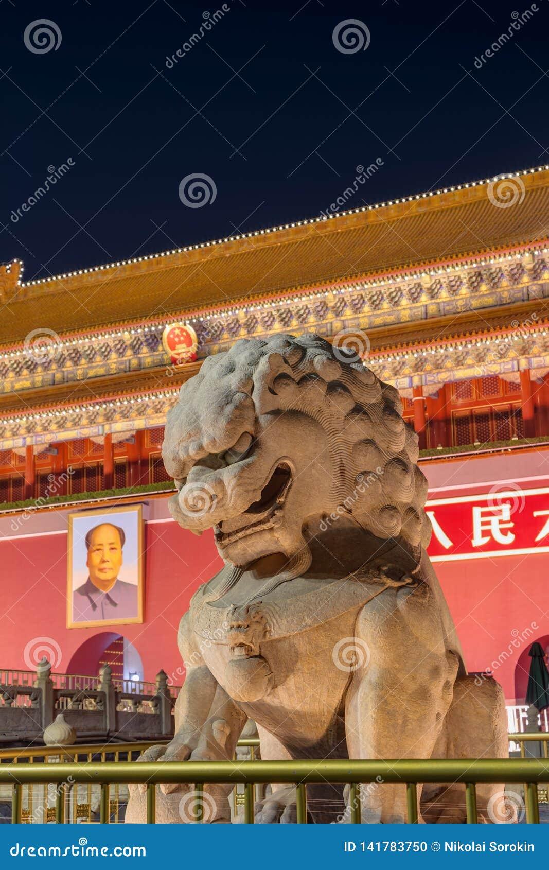 Пекин, Китай - 13-ое мая 2018: Строб Мао Дзе Дуна Тяньаньмэня в дворце запретного города Gugong Китайские высказывания на воротах