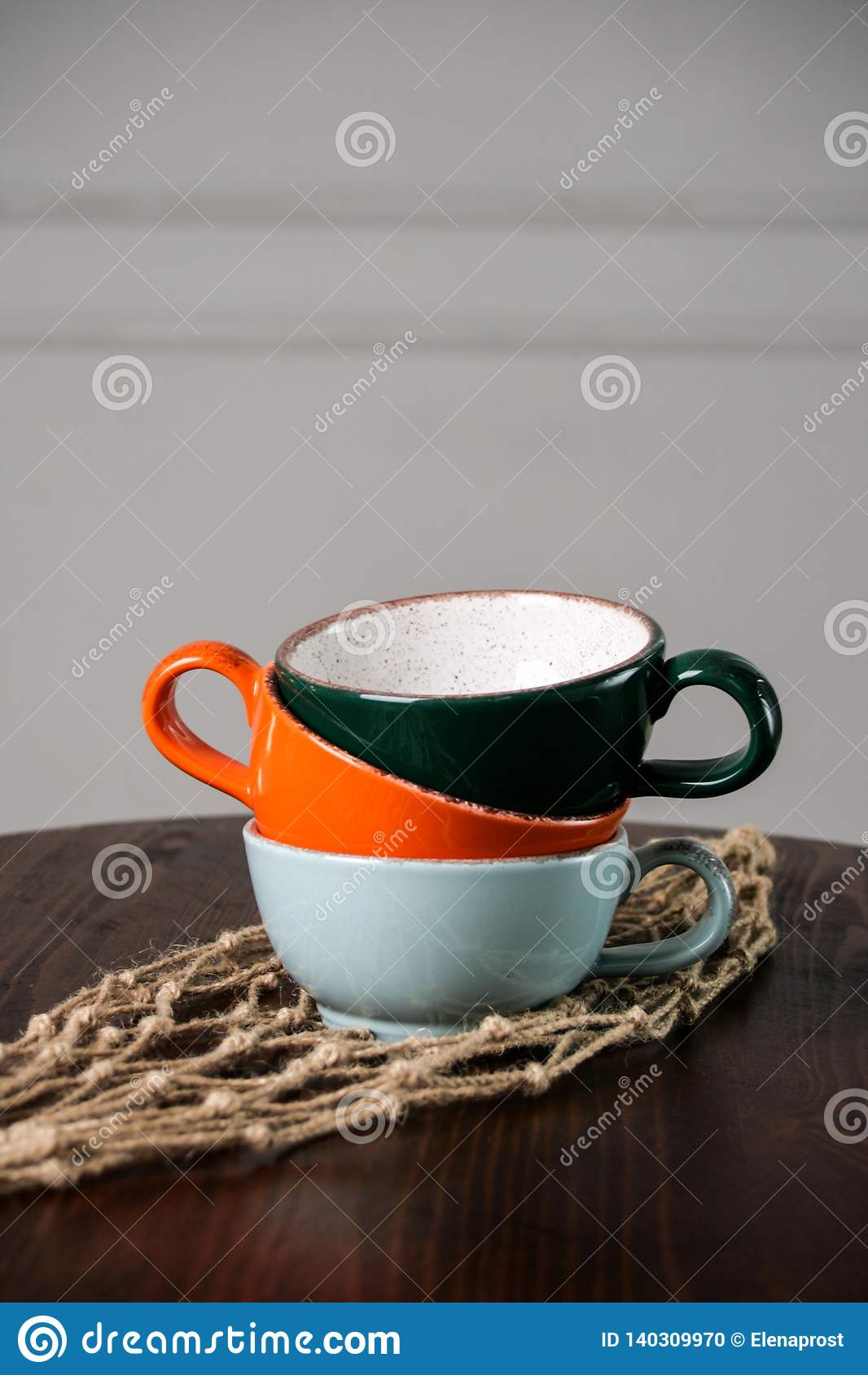 Пестротканые пустые чашки на деревянном столе
