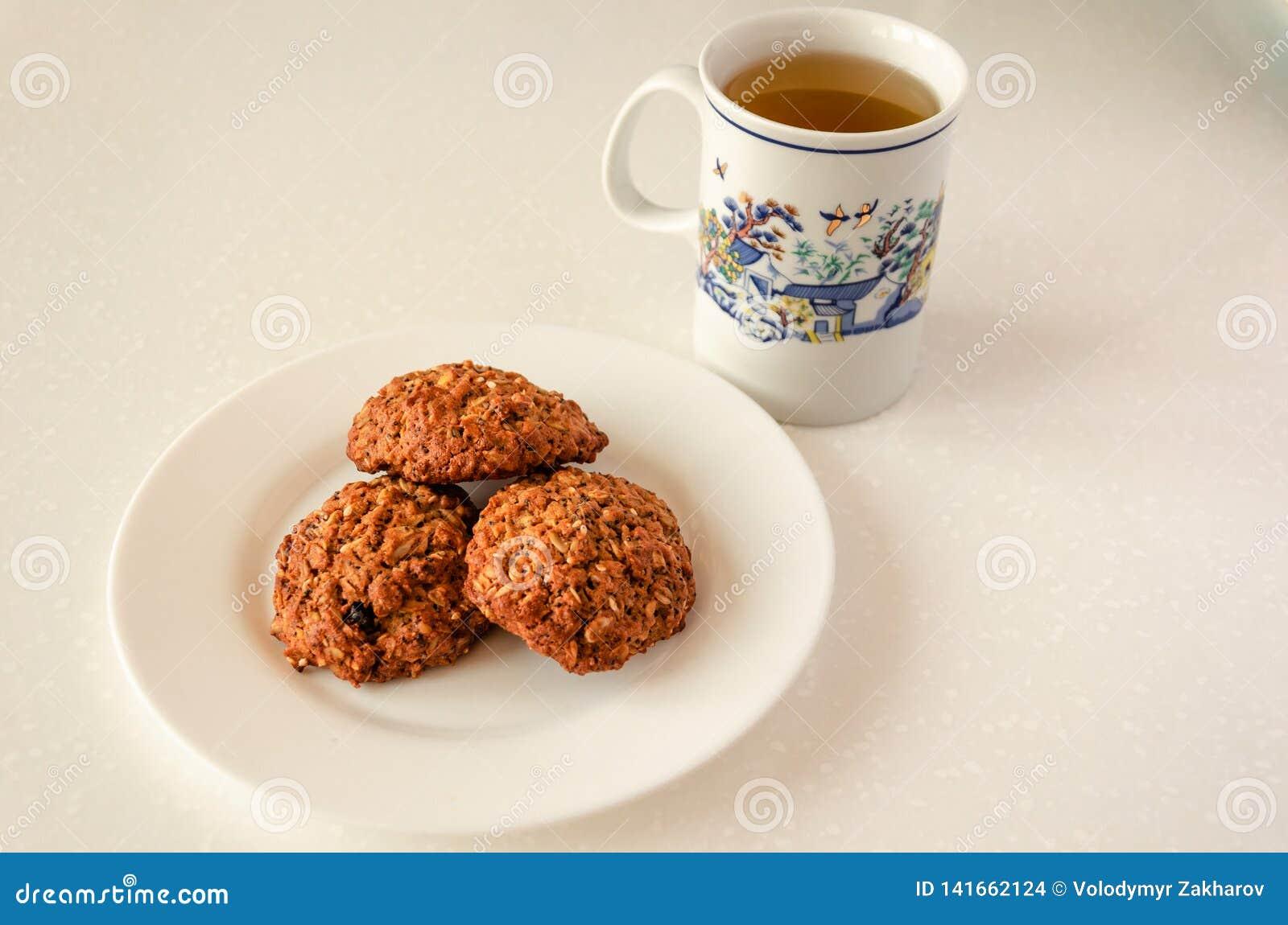 Печенья овса и зеленый чай