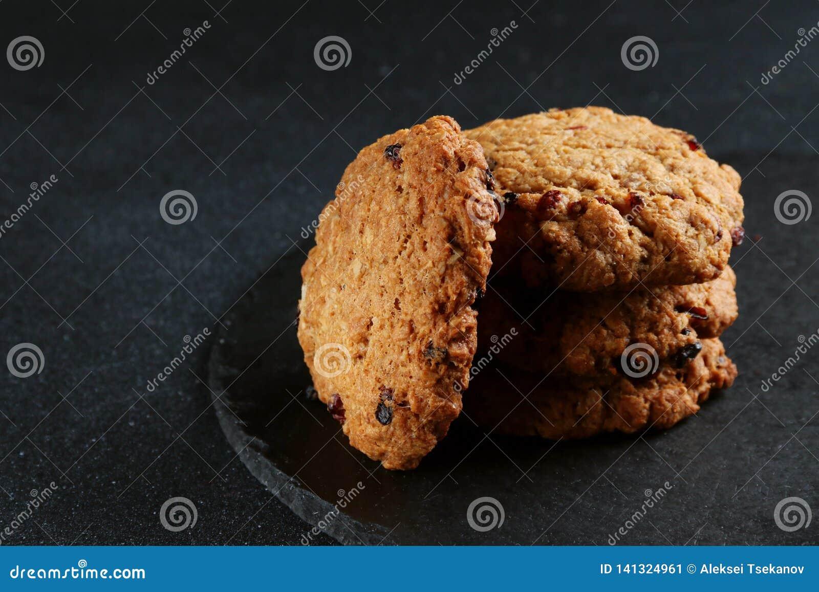 Печенья овсяной каши на темной предпосылке печенья стога