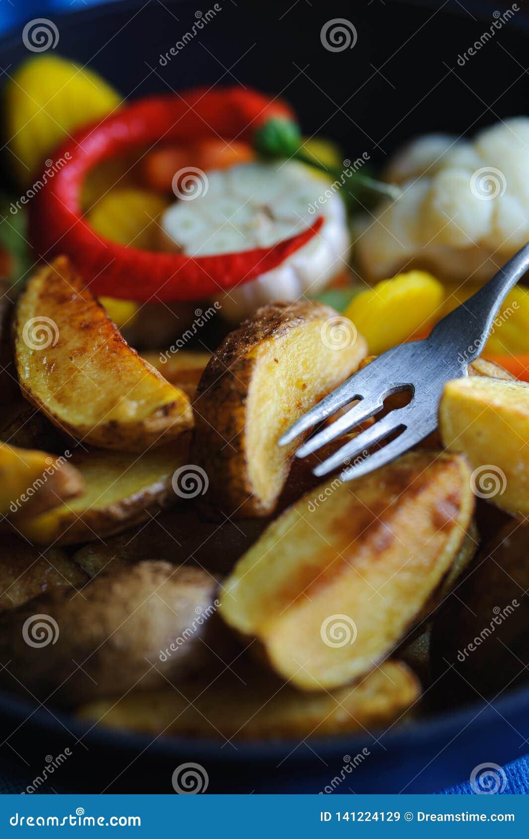 Печеные картофели с перцем и чесноком