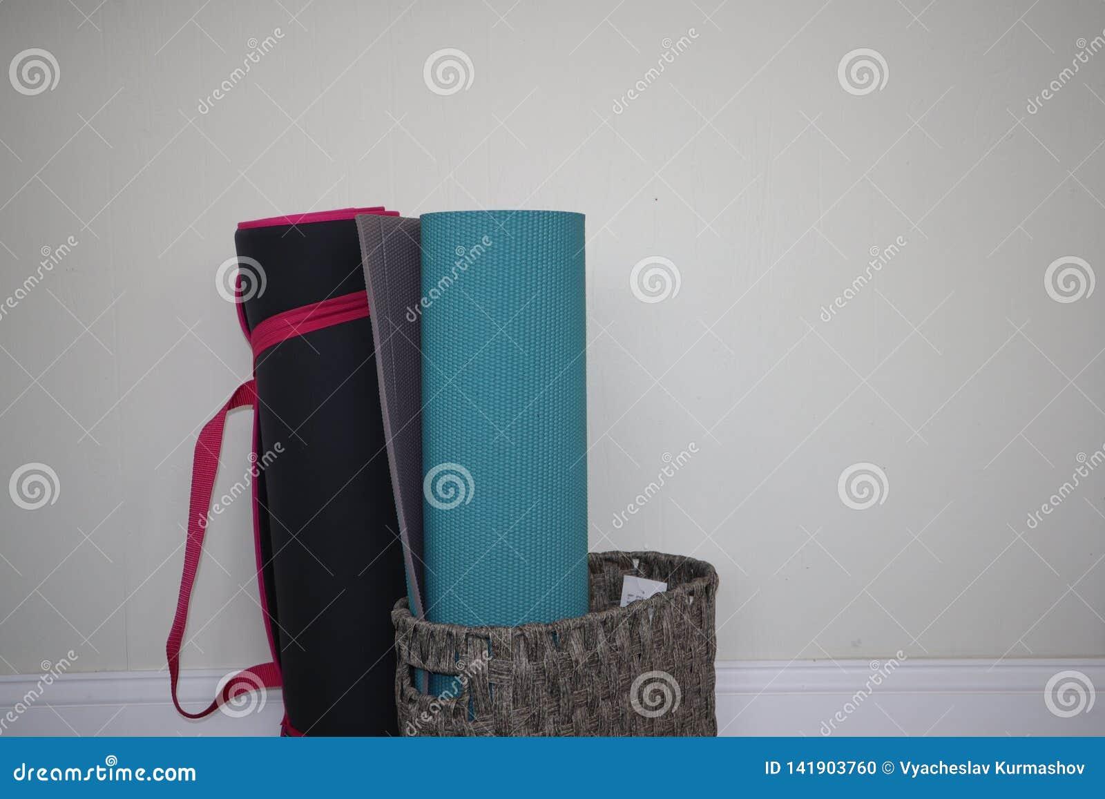 Переплетенная циновка йоги Стойка циновки йоги 2 в корзине