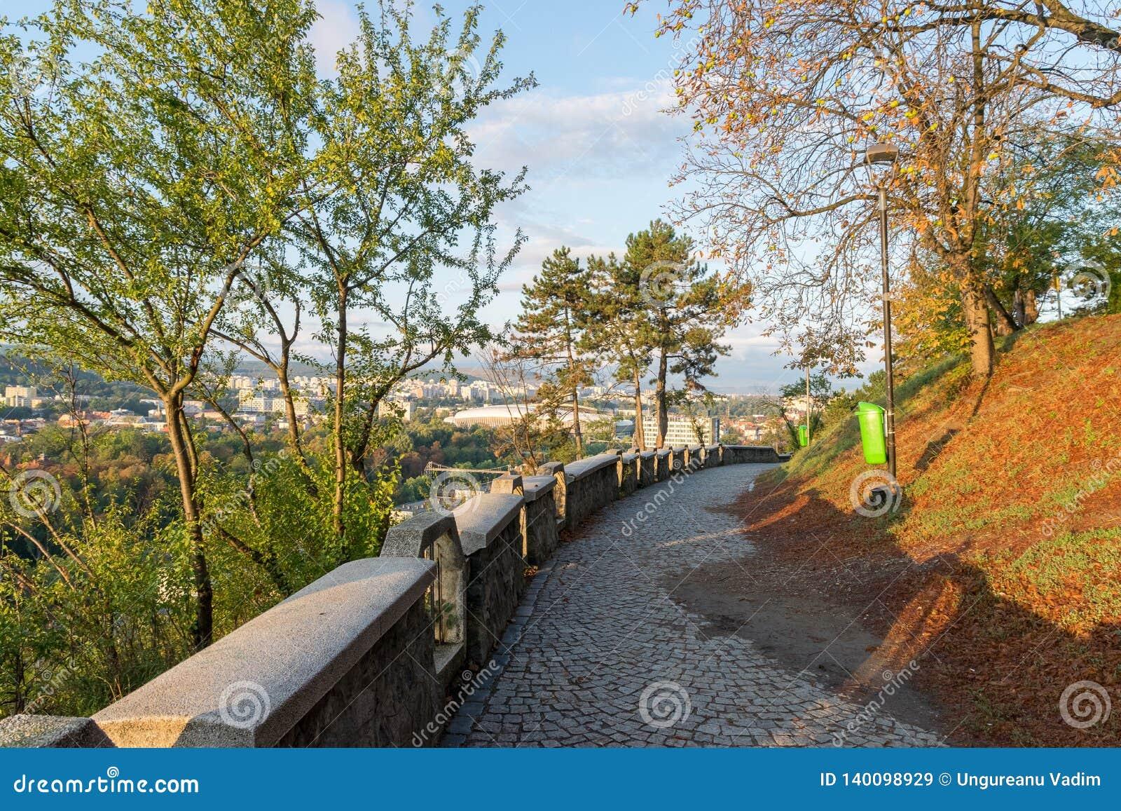 Переулок на парке Cetatuia, известном как холм Cetatuia, на солнечный день в cluj-Napoca, Румыния