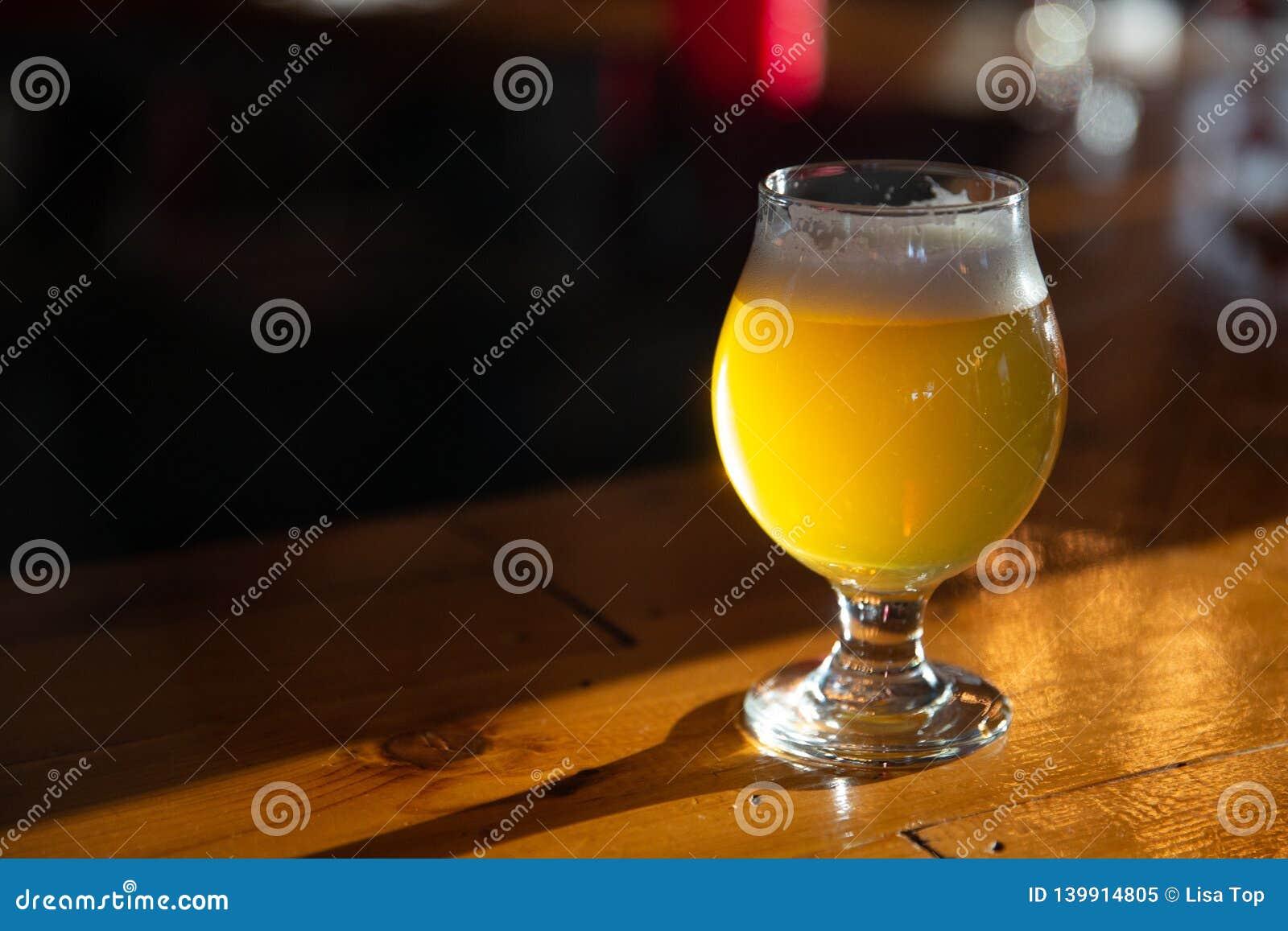 Пиво ремесла на Адвокатуре с космосом экземпляра