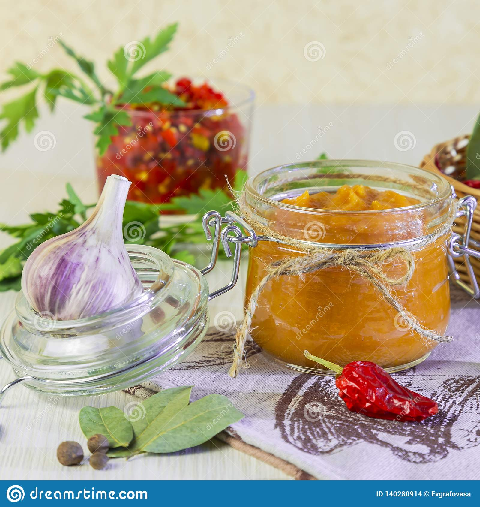 Питание Домодельная консервация сбора Диетическое пюре овоща цукини, тыквы, моркови, перца со специями, чеснока и варенья внутри