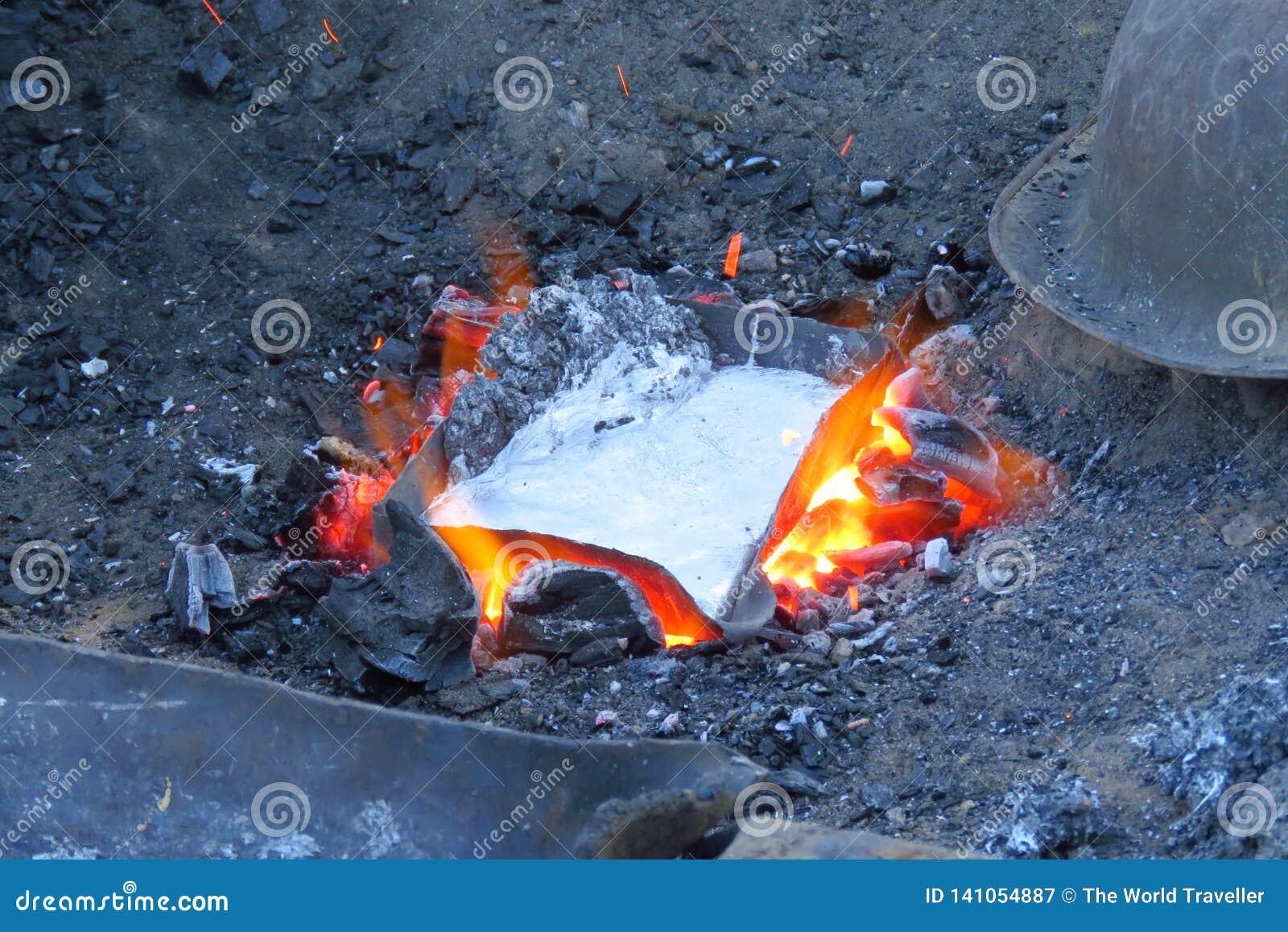 Плавя консервные банки металла для произведения сковороды, Num, Непала