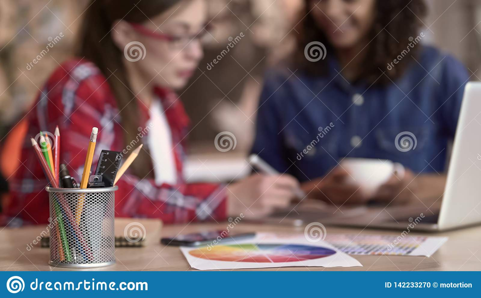 Плановики свадьбы выбирая решения украшения, положение держателя карандаша на таблице