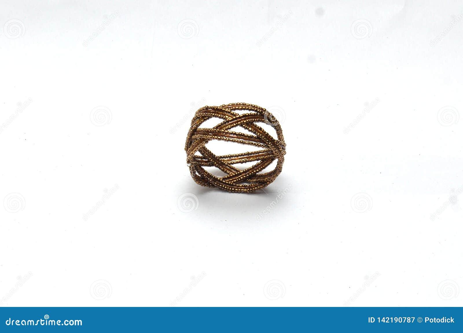 Пластиковые кольца и браслеты в цепи темного коричневого цвета
