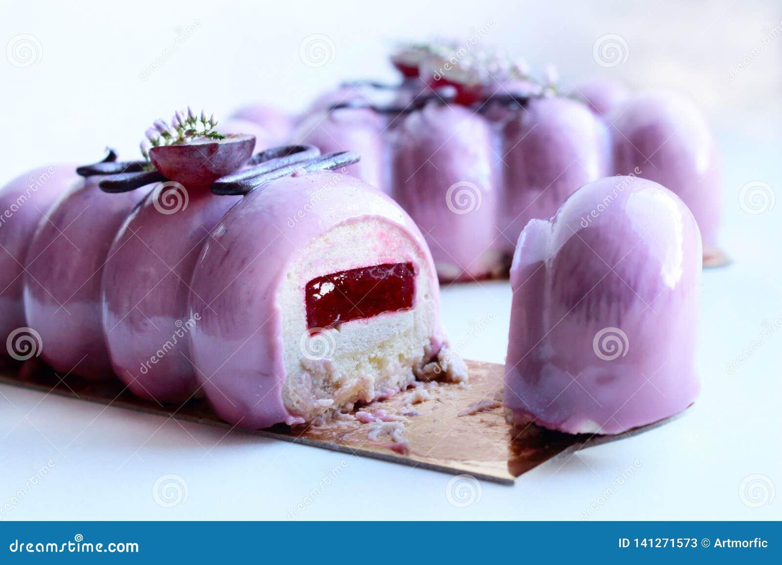 Пурпурные десерты виноградин с отрезком цветков