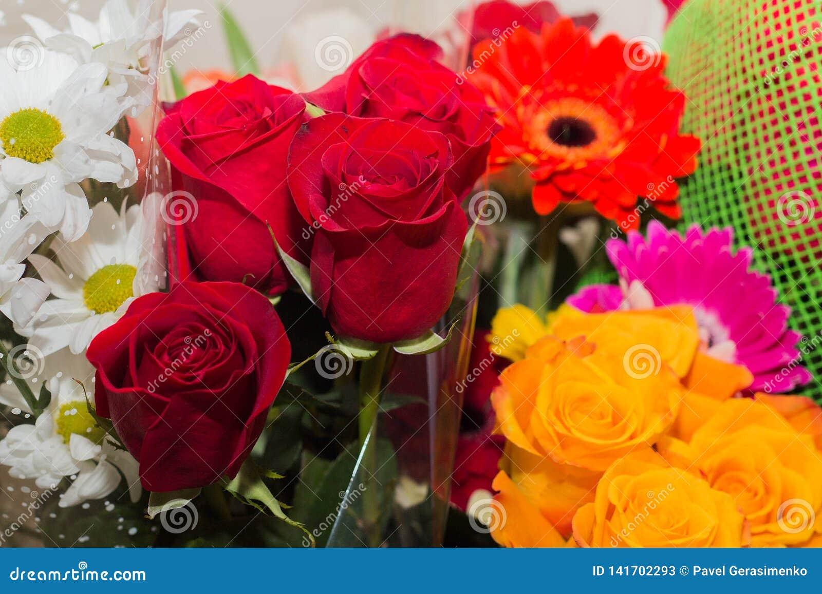 Праздничный букет роз и астр