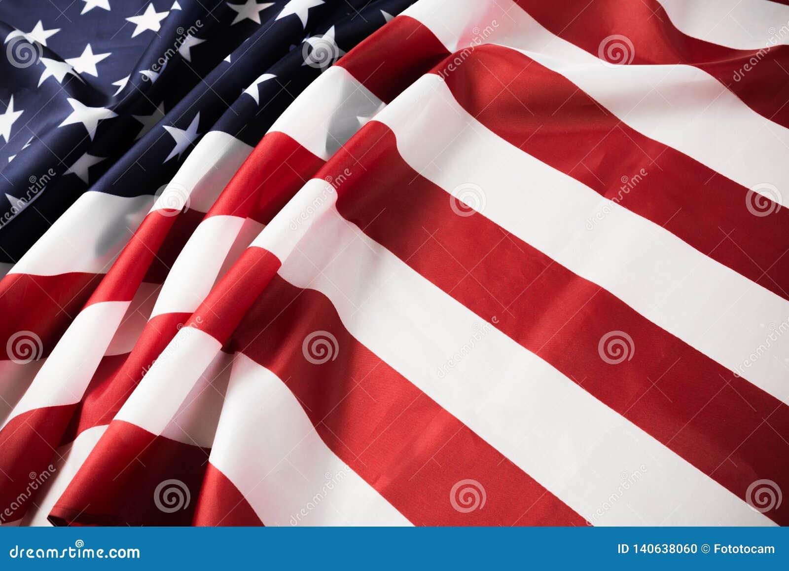 Предпосылка американского флага развевая День независимости, День памяти погибших в войнах, День Труда - изображение