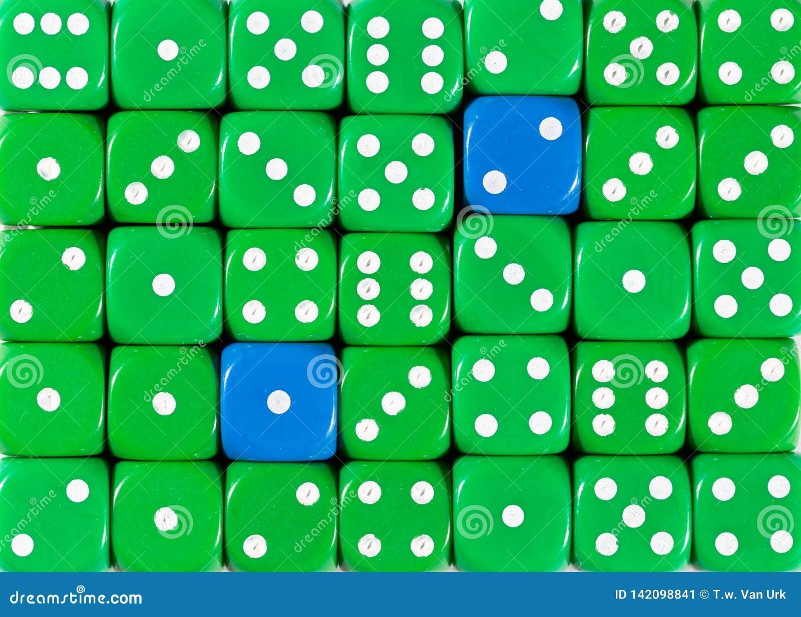 Предпосылка случайного приказанного зеленого цвета dices с 2 голубыми кубами