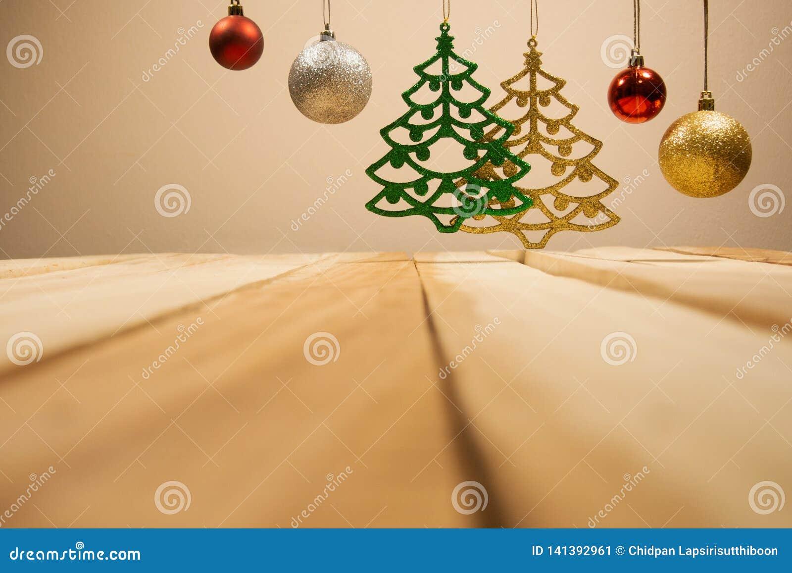 Предпосылка составов рождества и Нового Года с шариком рождества украшения с таблицей деревянной