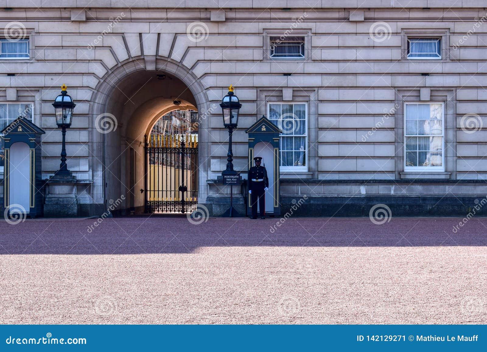 Предохранитель Sentry на обязанности на Букингемском дворце в Лондоне, Англии