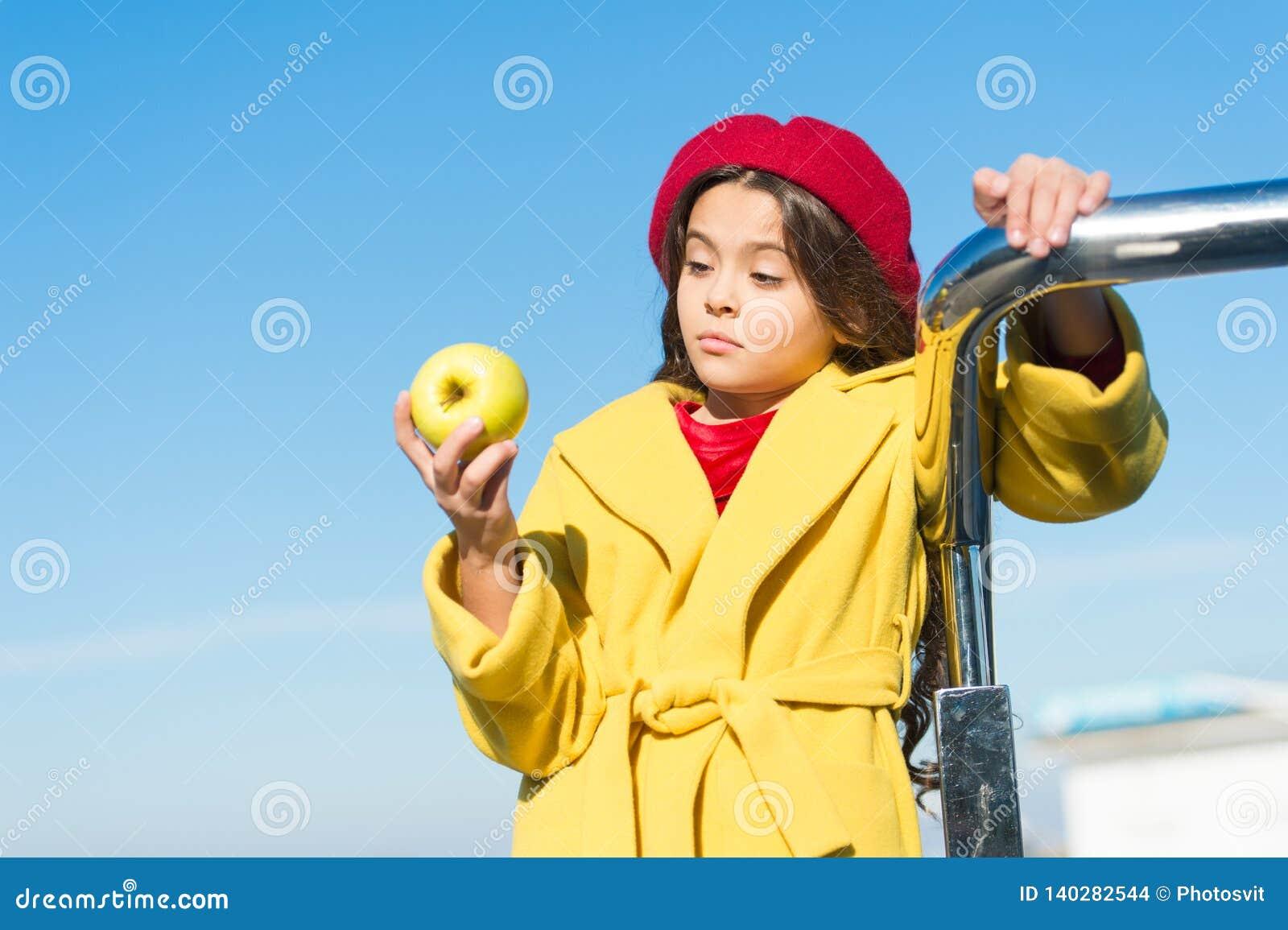 Прогулка промежутка времени закуски Здоровье и питание детей Здоровые snacking преимущества Закуска между обедом и обедающим Имет
