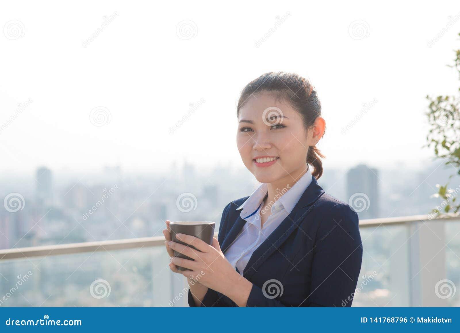 Профессионал коммерсантки юриста идя outdoors выпивая кофе от устранимого бумажного стаканчика