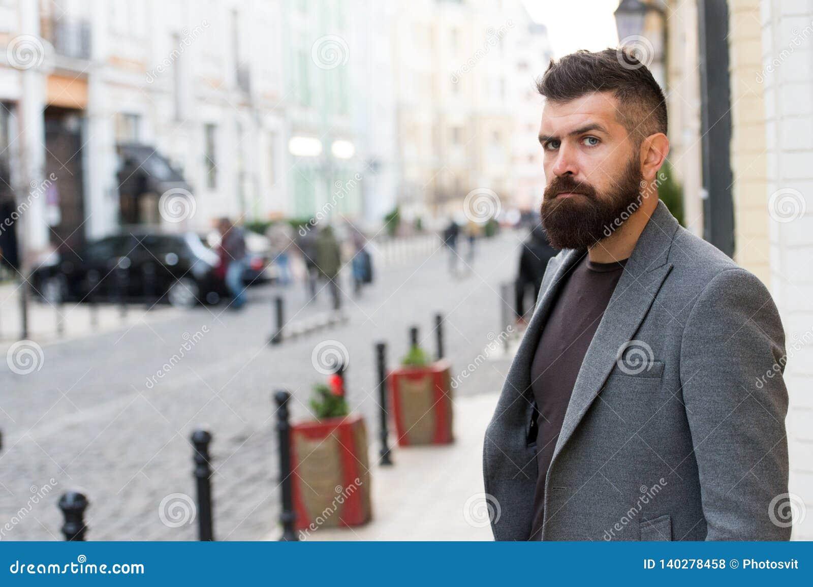 Профессионал дела Хипстер в стиле дела на улице Бородатый человек идя работать Бизнесмен в современном городе