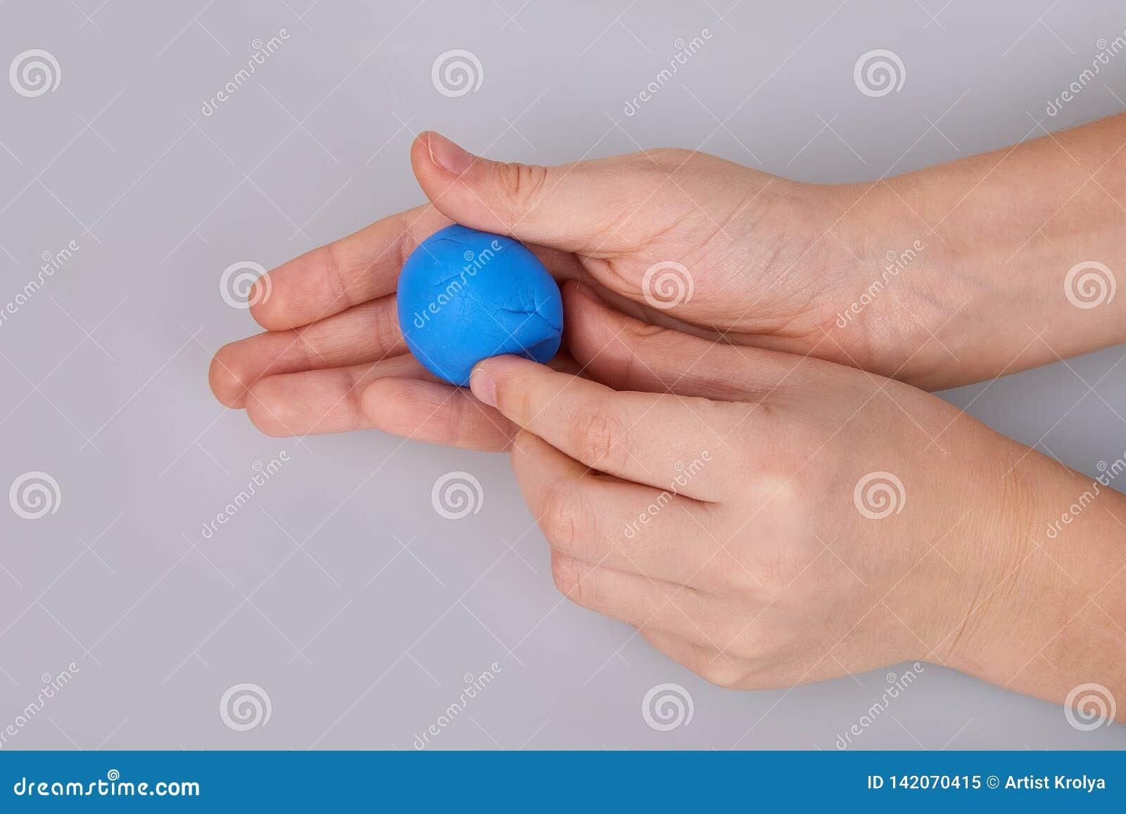 Процесс теста игры моделируя, руки ребенка ваяет диаграммы