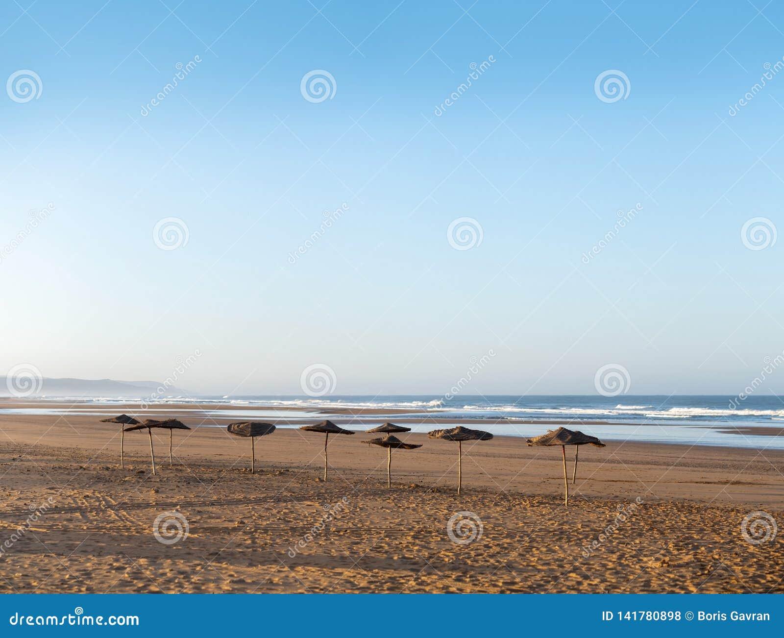 Побережье Sidi Kaouki, Марокко, Африки Побережье с зонтиками городок прибоя wonderfull Марокко