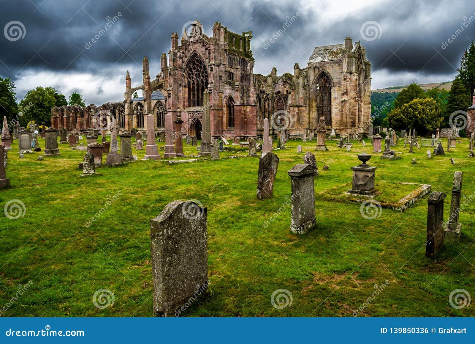 Погост и руины аббатства Мелроуза в Шотландии