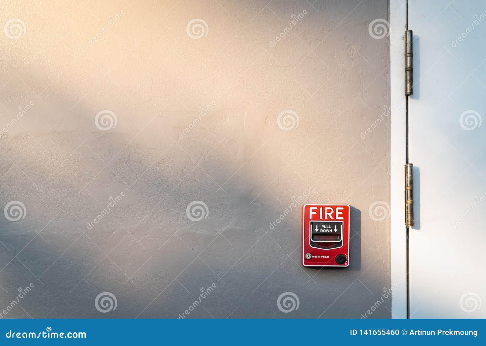 Пожарная сигнализация на темном - серая бетонная стена Предупреждение и система безопасности Аварийное оборудование для сигнала т