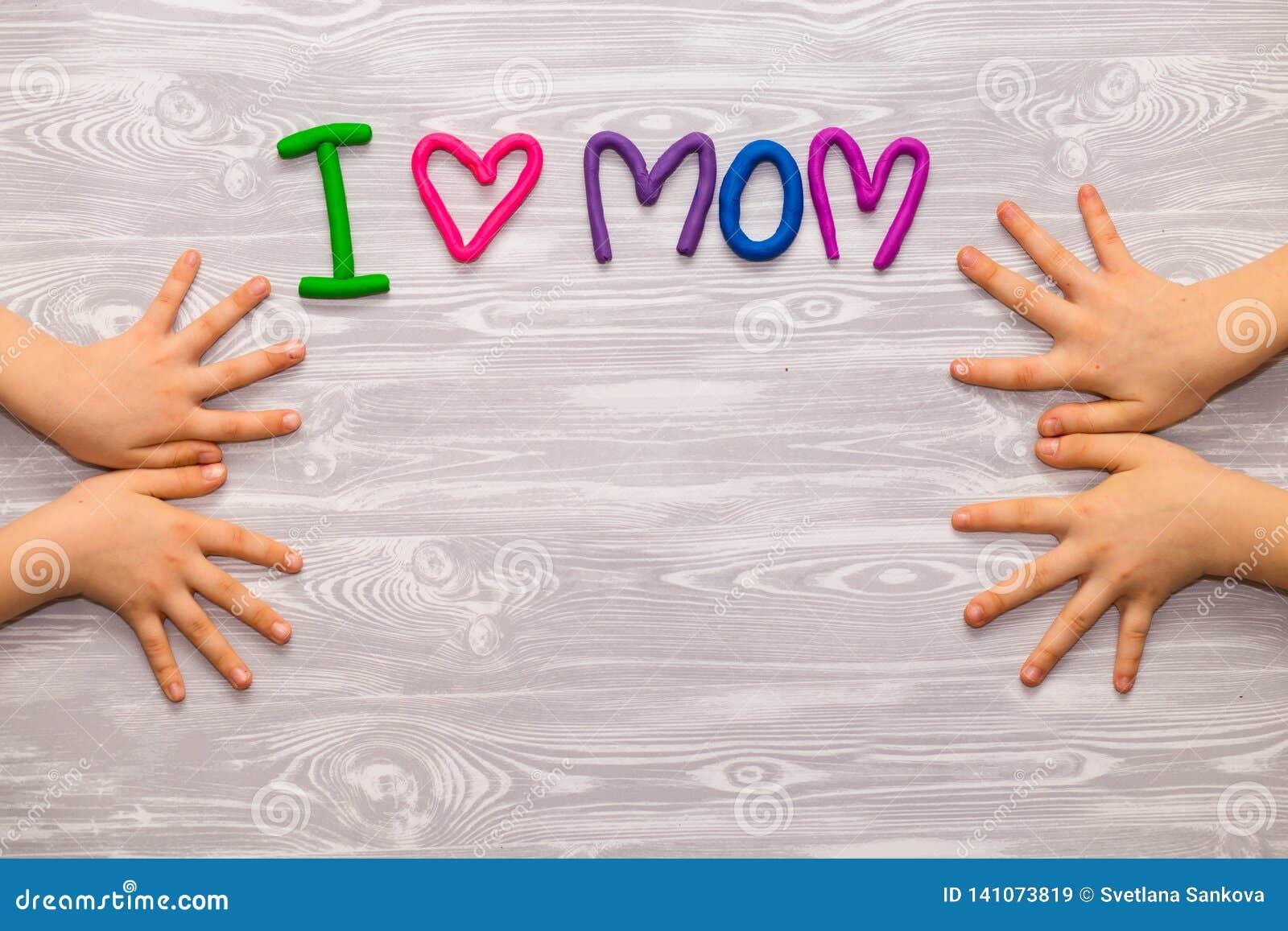 Поздравительная открытка дня матерей с шаблоном текста пластилина Настоящий момент ремесла детей потехи handmade для мамы Для пла