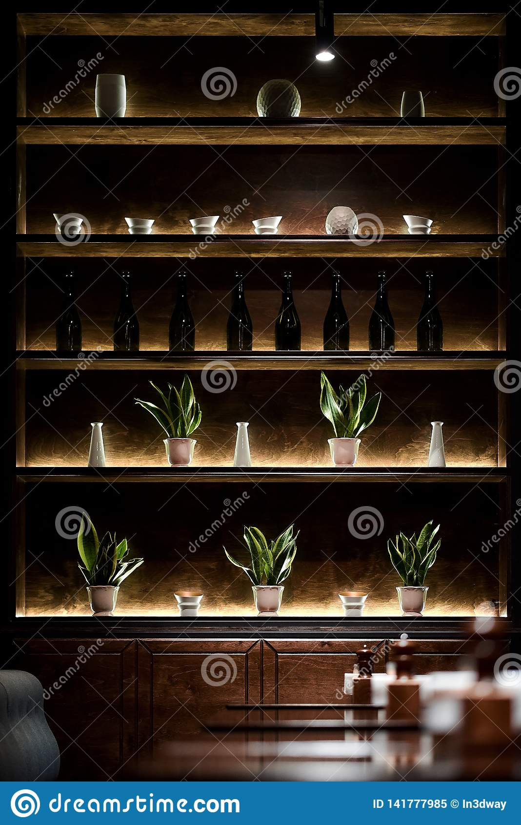 Полка Адвокатуры с молнией бутылок лампами приведенными