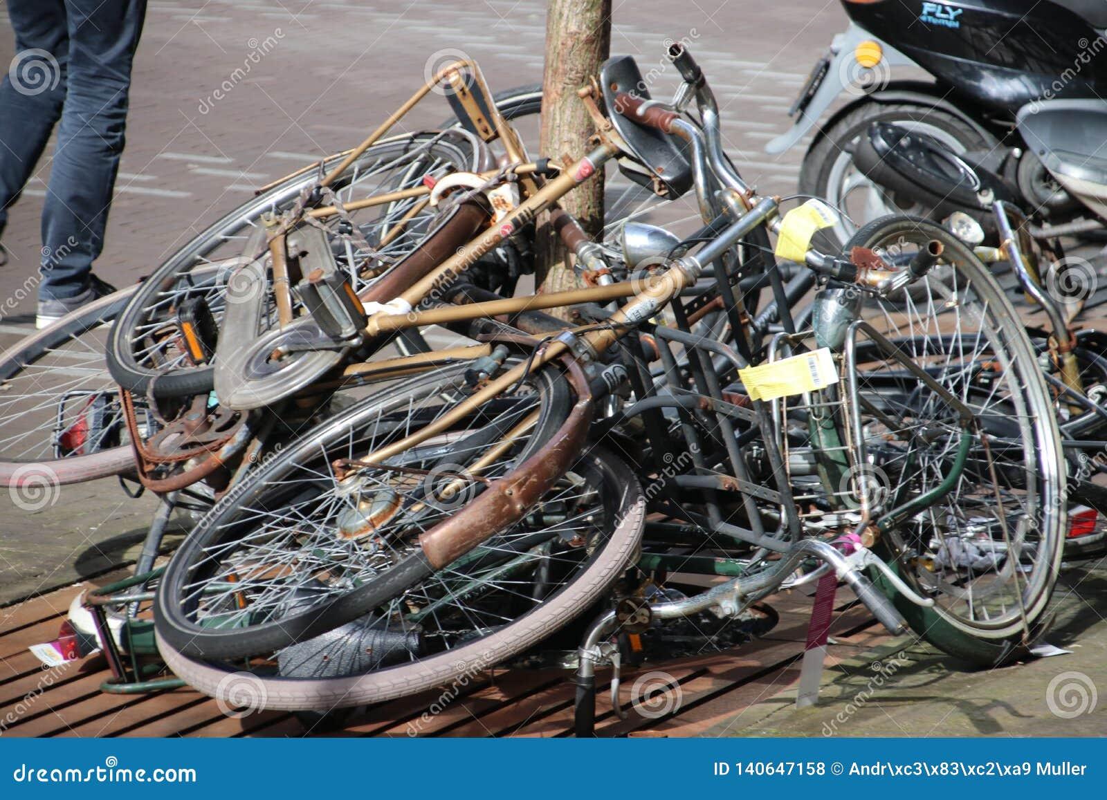 Получившиеся отказ и старыеся велосипеды на улице которые отмечены с ярлыком, который будет извлекать муниципалитет вертепа Haag