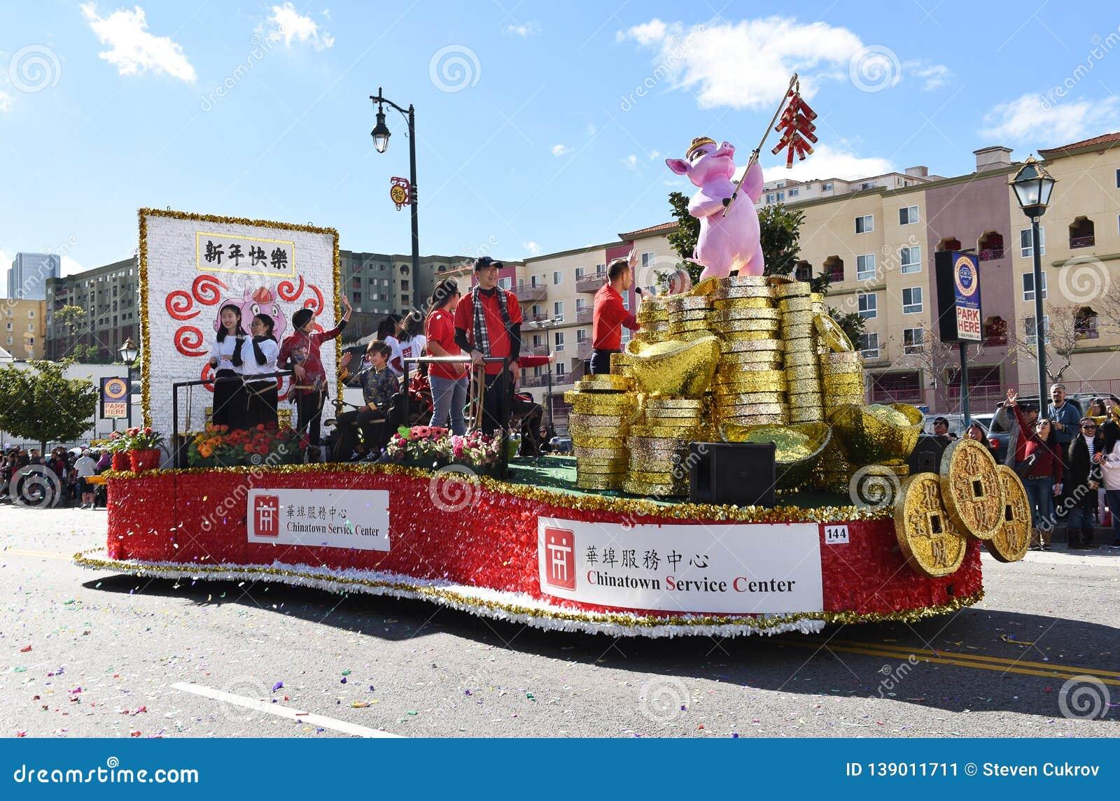 Поплавок пункта обслуживания Чайна-тауна на параде Нового Года Лос-Анджелеса китайском