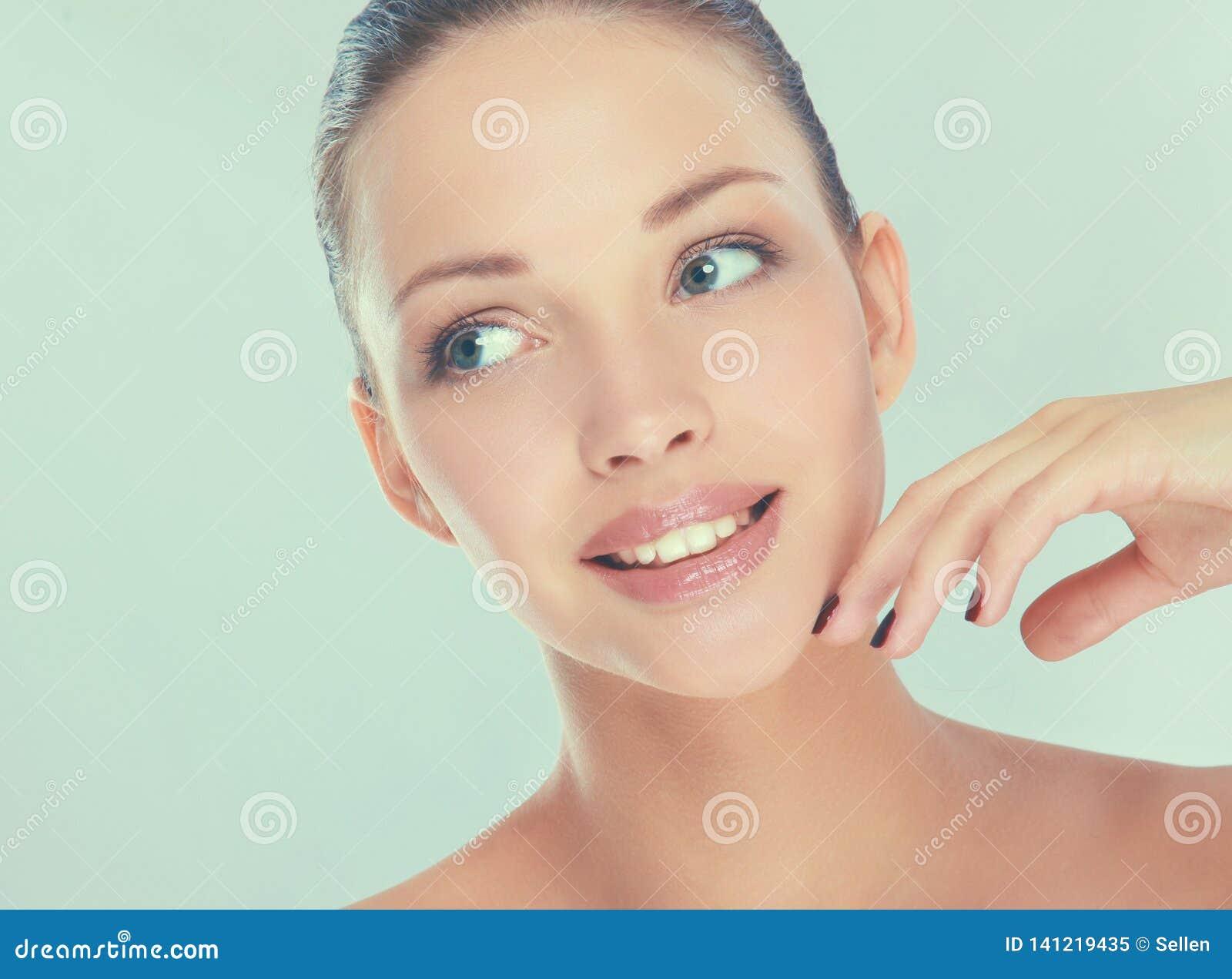 Портрет красивой женщины, изолированный на белой предпосылке
