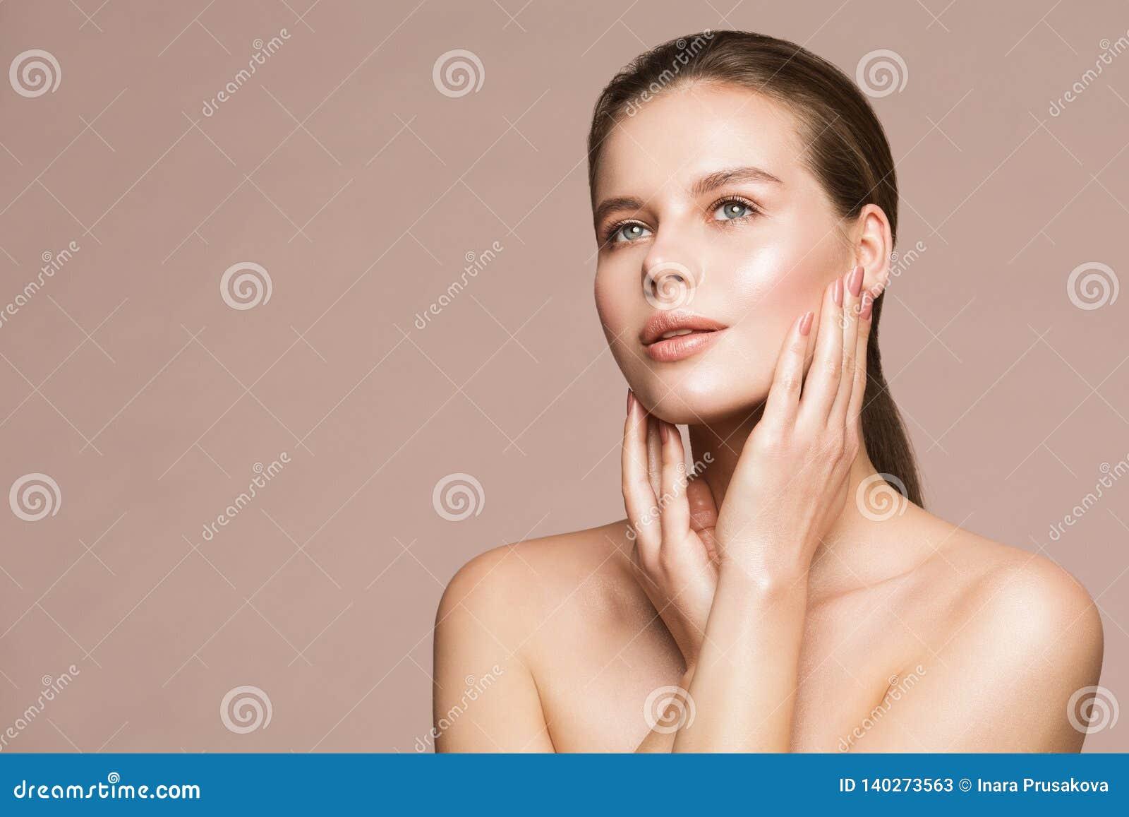 Портрет красоты женщины, модельная касающая сторона, красивый макияж девушки и обработка ногтей