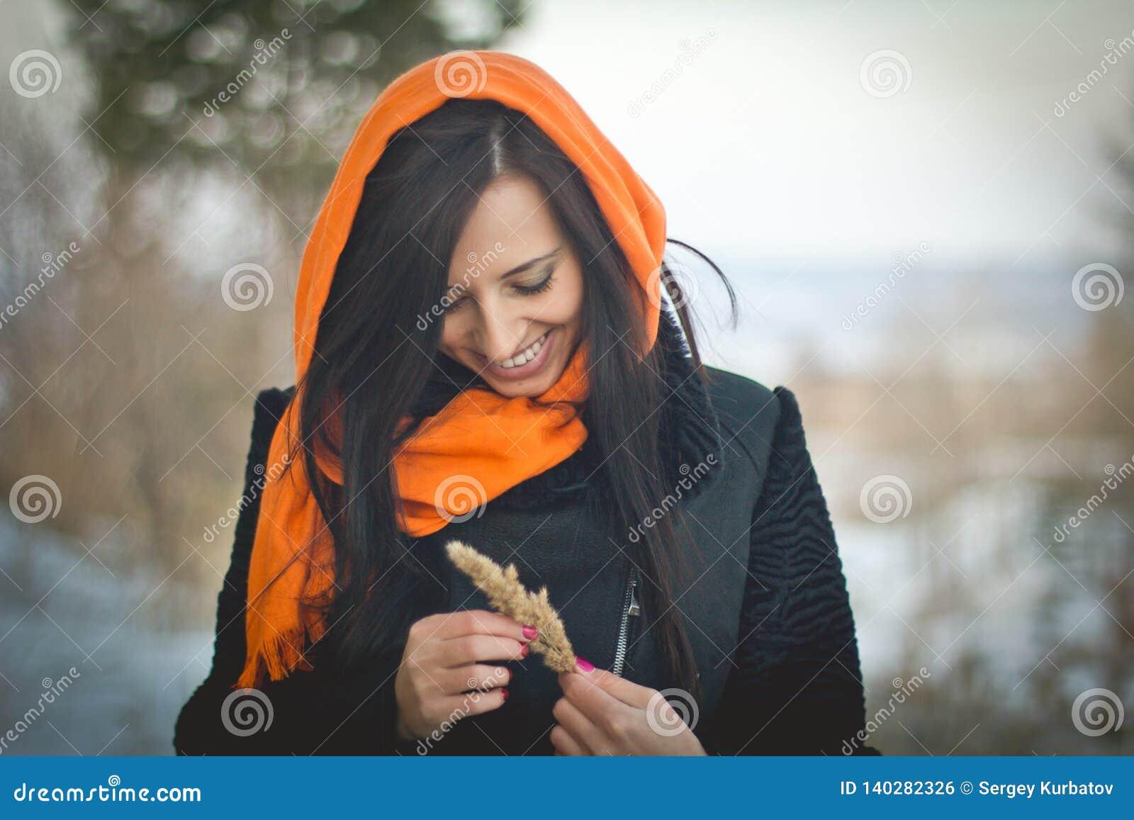 Портрет моды молодого мусульманского нося hijab