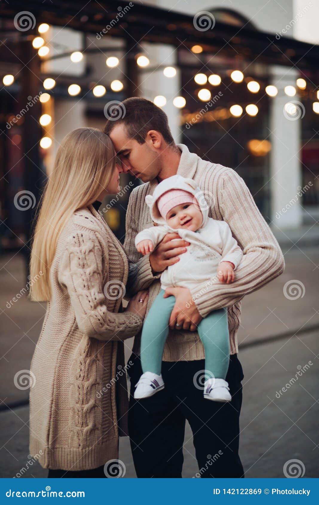 Портрет семьи стоя совместно в атмосфере уюта