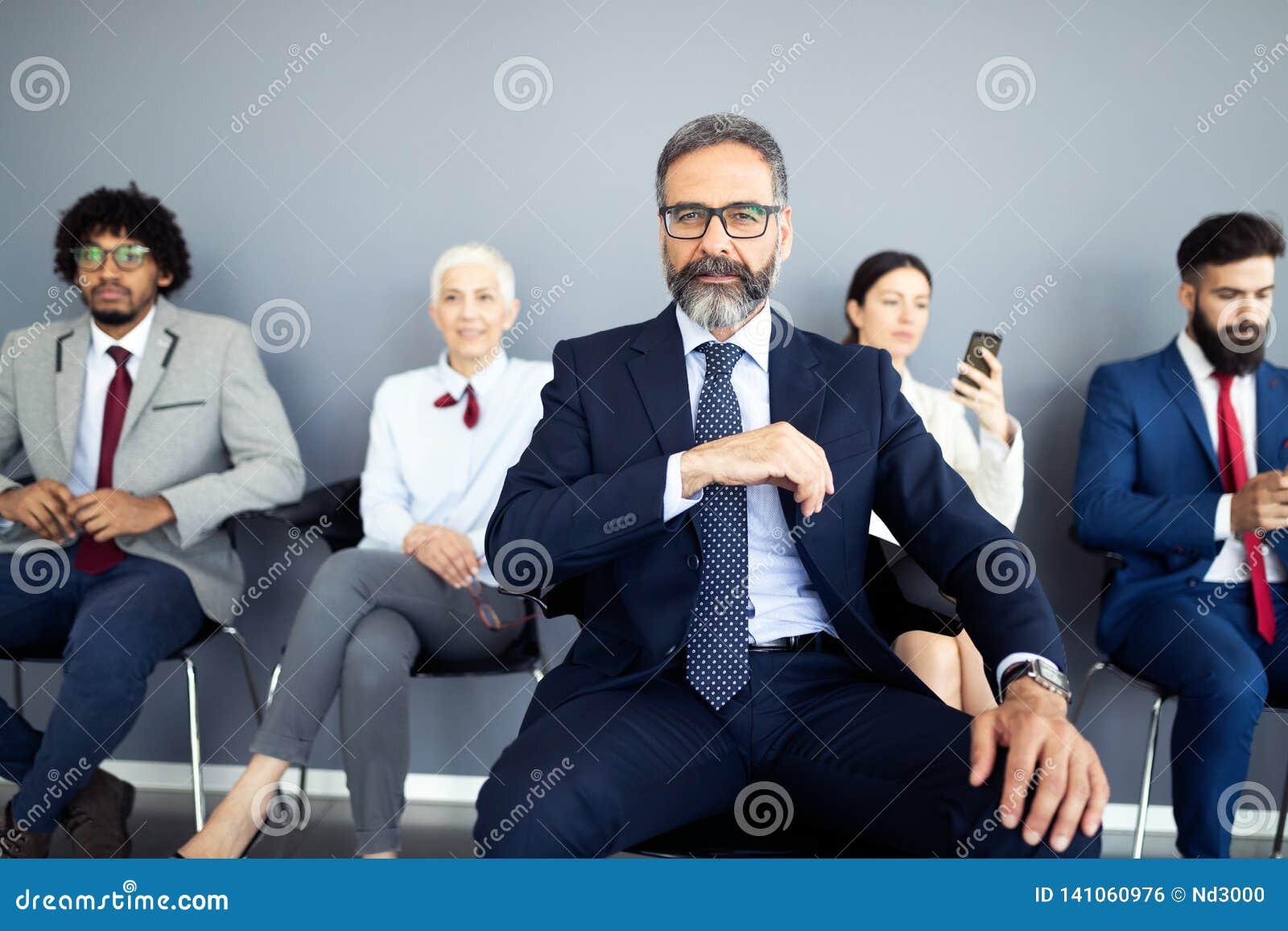 Портрет старшего бизнесмена как руководитель на современном ярком интерьере офиса