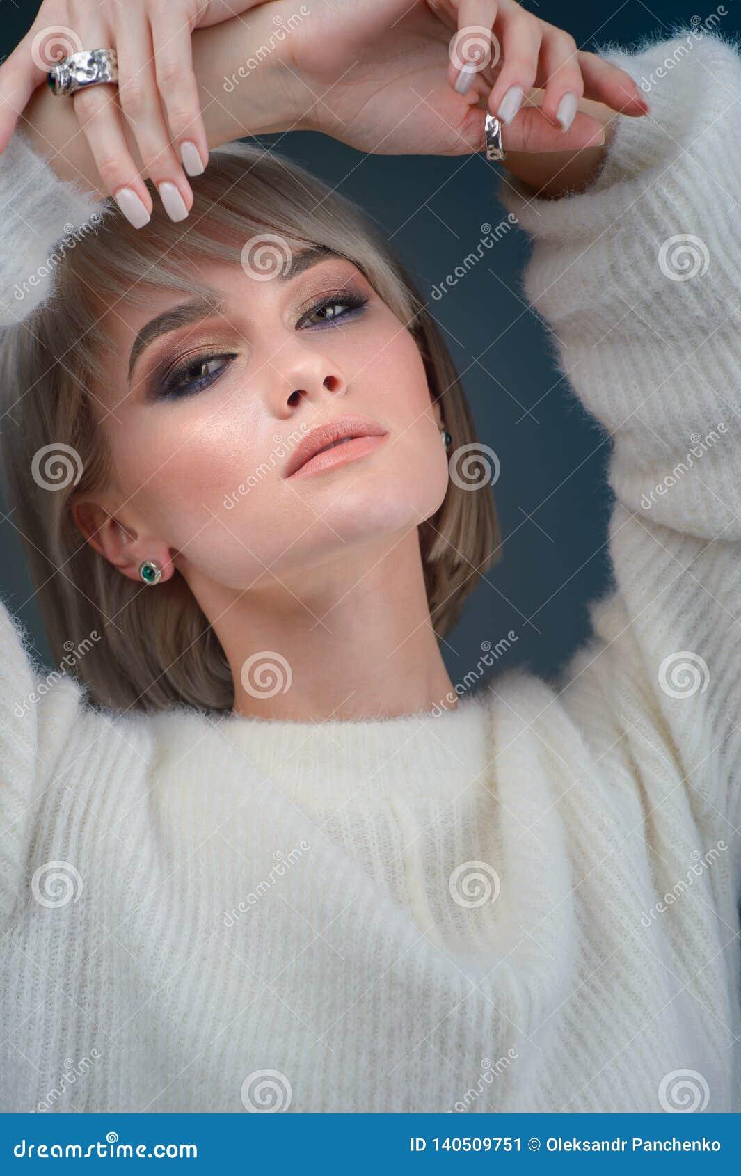 Портрет очарования красивой модели женщины со славным макияжем и романтичным стилем причесок Highlighter моды сияющий на коже, юв