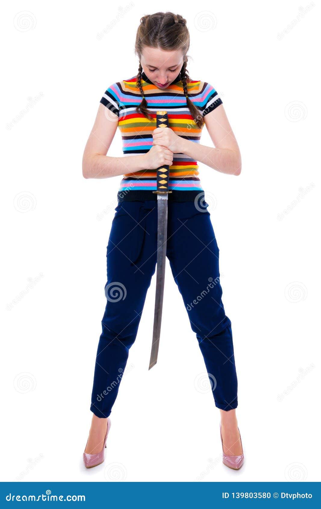 Девушка самурая держа katana в ее руках обхватывала ее голову в почтении Изоляция на белизне