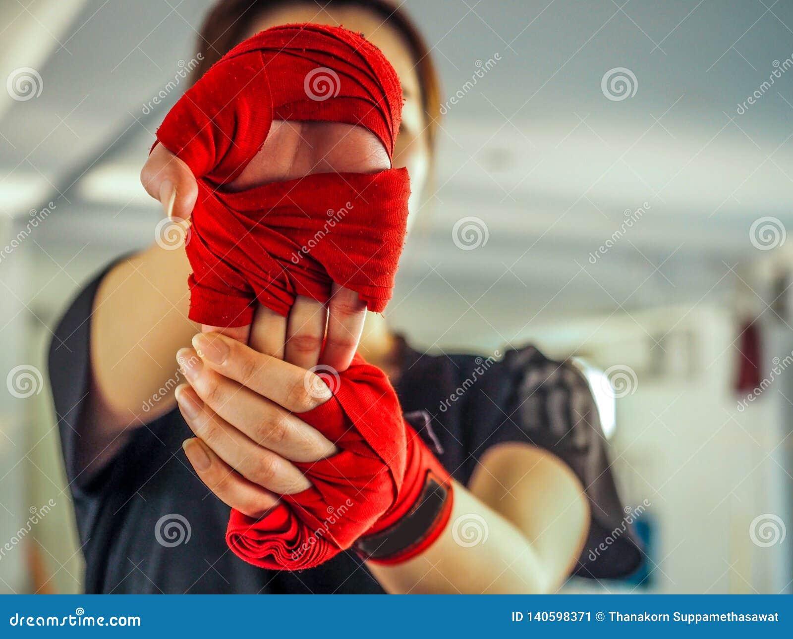 Девочка-подросток в одеждах спорт держа вывихнутое плечо на тренировке